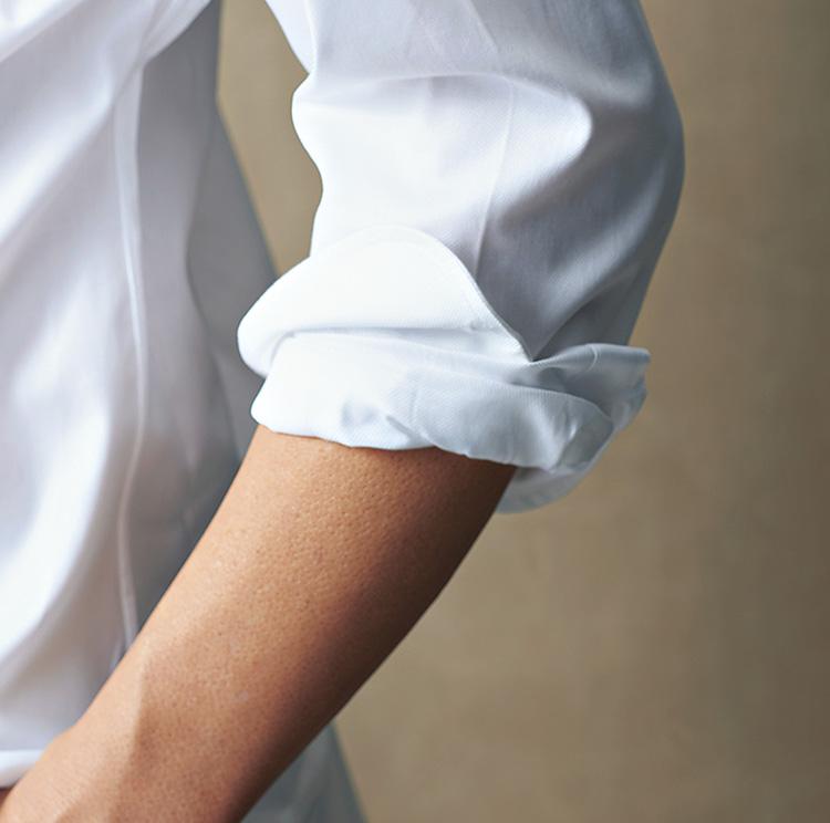 「シャツイチ」スタイルのアップデート_ニュアンスをカフ先につけて立体的に仕上げる
