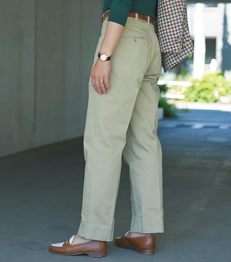 <p><strong>腰位置でフィットさせ美シルエットを演出</strong><br /> ワタリ・裾ともにワイドでありながら、無駄なダブつきのない絶妙なシルエット。後ろ姿も大変美しい。「ハイウエストに設計されたチノパンをしっかり腰の位置に合わせて穿くことで、ヒップラインからワタリ、裾へとまっすぐに繋がる美しいシルエットを出すことができます」</p>