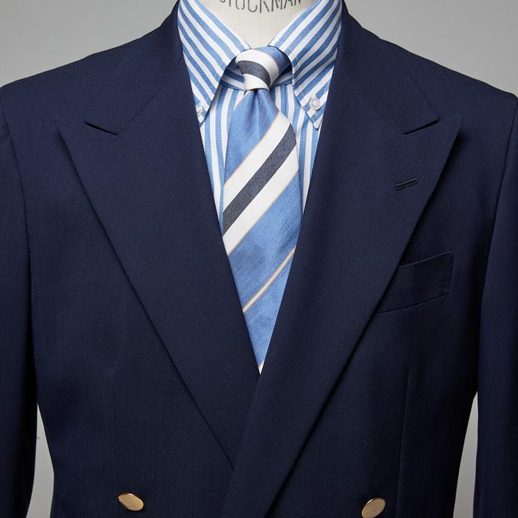 清涼感ある装いはブルーのストライプ柄を活用すべし【1分で出来る胸元お洒落】