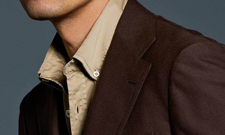 <p><strong>【ニュアンスカラーシャツ】なら奥行きある雰囲気で表情UP<br /> ジャケットとのコーデも楽しい</strong><br /> スモーキーな色合いのシャツは、シックでいながらニュアンスに富む表情出しに最適。</p>