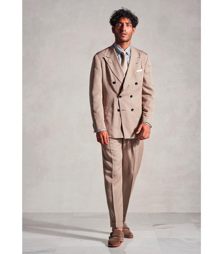 <p>6つボタンスーツにタイドアップも提案するがシルエットはあくまでゆったり。</p>