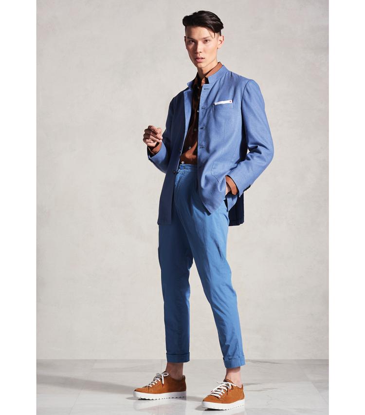 <p>細身シルエットでシャープに見える、スタンドカラーのスーツ。</p>