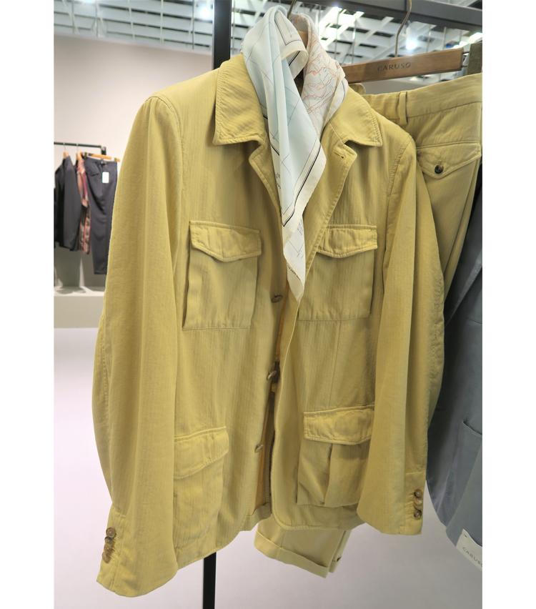 <p>ガーメントダイのカントリージャケットにはスカーフをコーディネート。</p>