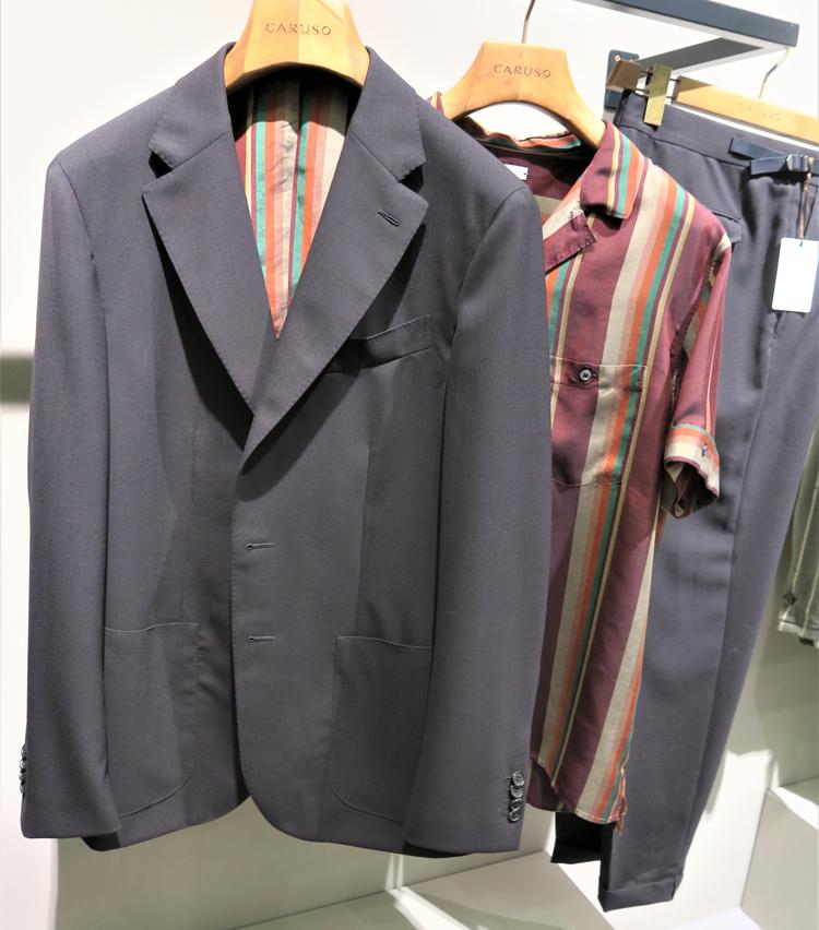 <p>裏地に鮮やかなストライプが施されたジャケットも。</p>