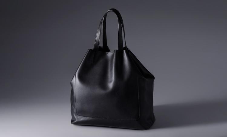 <p>建築家、伊東豊雄氏が自分の欲しいバッグをデザインした「I-toyo」。軽量でソフト、かつシンプルで機能的。</p>