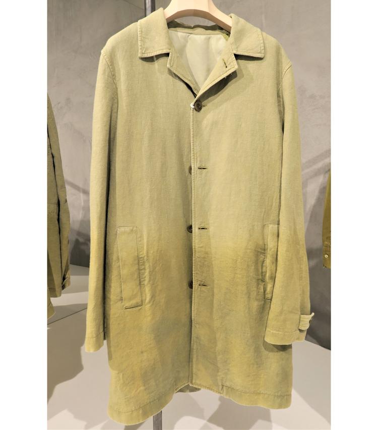<p>トレンチコート風のオーバーシャツ。グラデーションが効いた染めに味がある。</p>