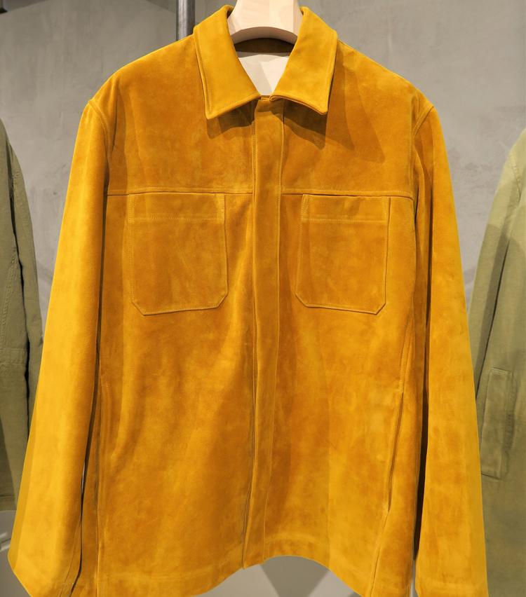 <p>極薄のスエードを使ったフライフロントのシャツはスポーティーな中にエレガンスが宿る。</p>