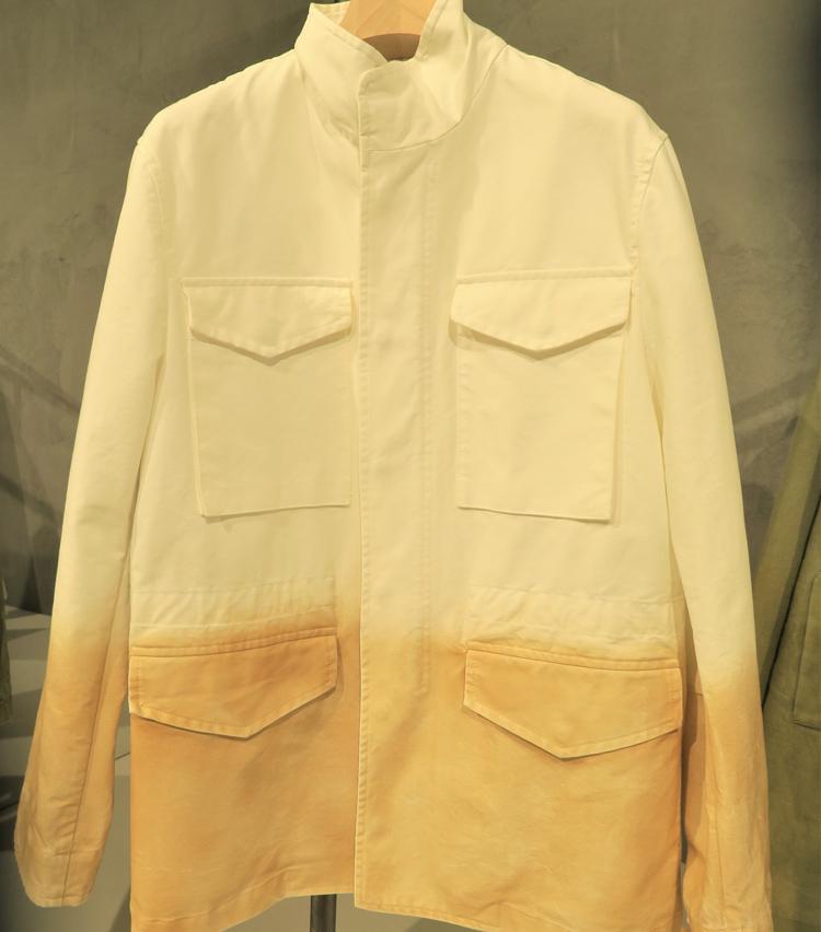 <p>大きなパッチポケットが印象的なフィールドジャケット風シャツ。</p>