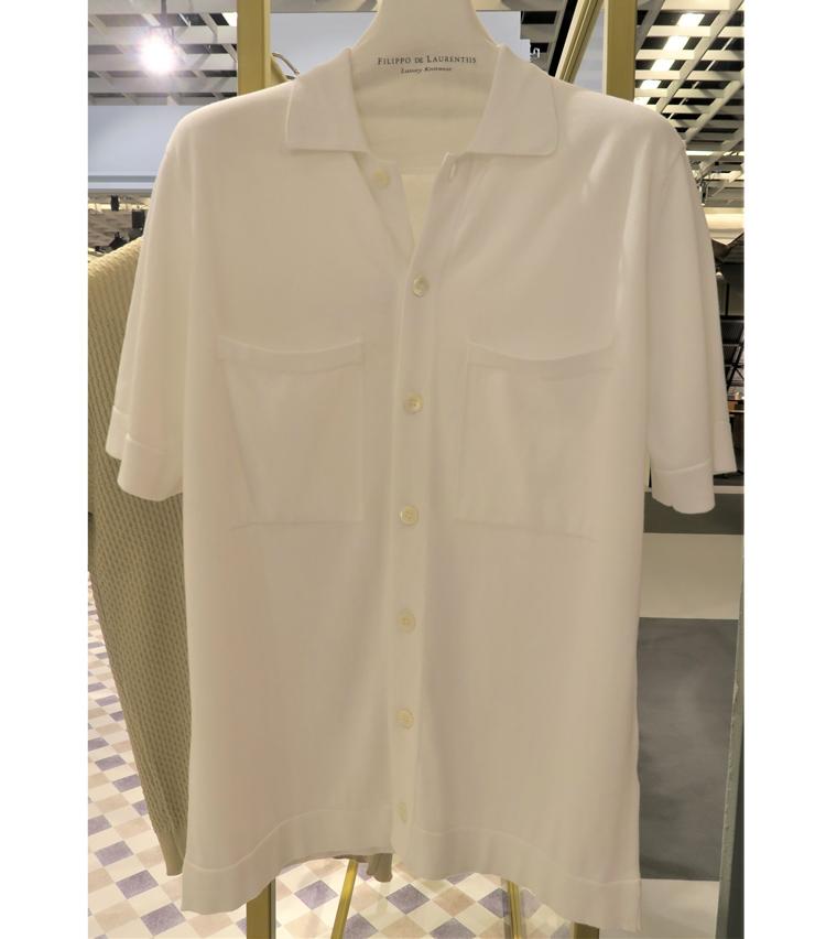 <p>メイン商品でもあるシャツのような超薄ニット。袖は七分袖がマスト。</p>