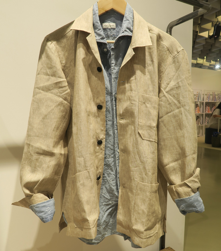 <p>シャツの上に重ねてジャケット感覚できるリネンのオーバーシャツ。</p>