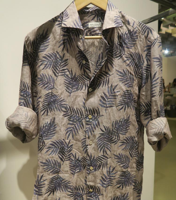<p>花や植物のモチーフが大胆に描かれたカラフルなシャツがたくさん登場。</p>
