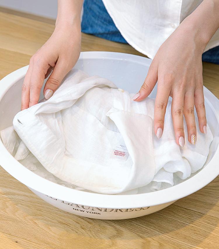 <p><strong>【STEP5】<br /> 触らず30分つけおき</strong><br /> そっと浸すようにして、シャツを30分間つけおきしよう。【STEP3】で塗ったペーストはそのままでOK。</p>