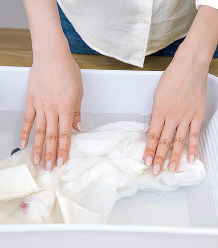 <p><strong>【STEP7】<br /> ここでも触らずつけおき</strong><br /> 洗濯のプロセスでも、実はつけおきだけで大丈夫。30分ほど放置すれば汚れが溶け出す。</p>