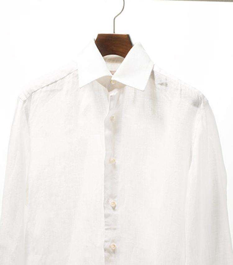 <p><strong>【STEP10】<br /> 日なた干しでより白くなる</strong><br /> 白シャツを干すときは日なたで。日光には漂白効果があり、これでさらに白く仕上がるのだ。</p>