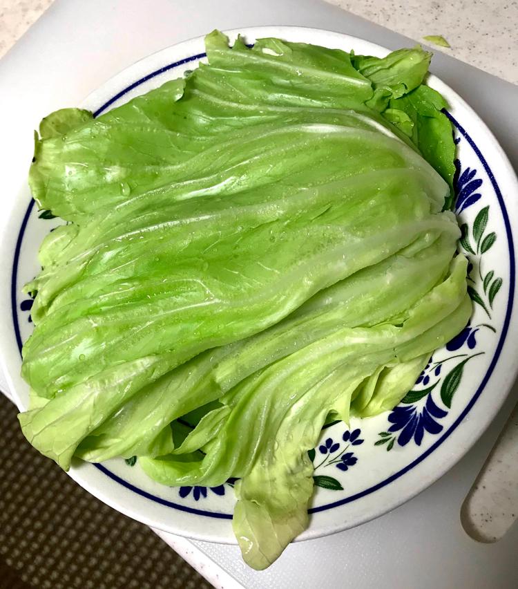 <p>3. キャベツは大きめの葉を4〜5枚剥がし、耐熱皿に入れ、ふんわりとラップをかけ、電子レンジで1分加熱して冷ましておく。</p>