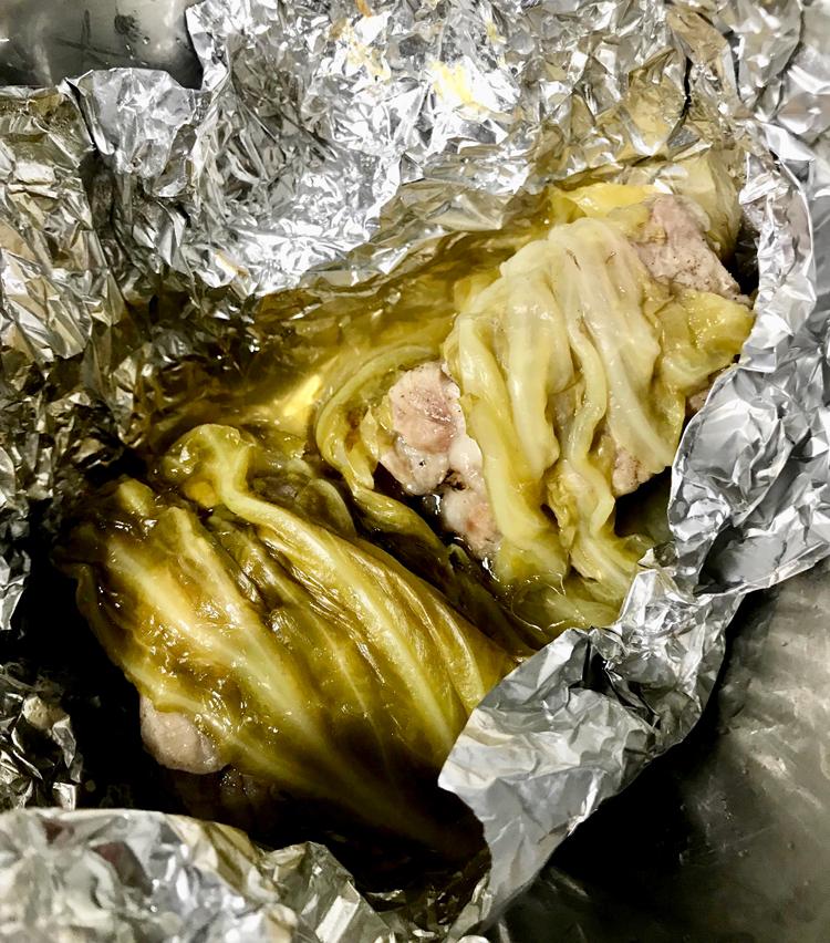 <p>9. 冷めたら鍋から取り出し、キャベツを剥がして肉と煮汁を取り出す。</p>