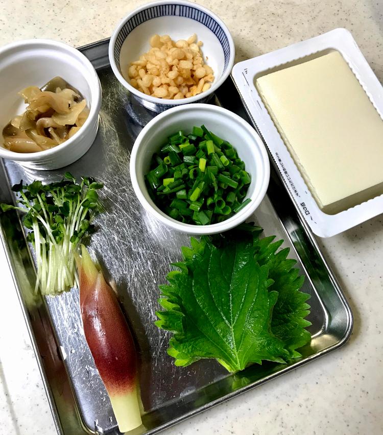 <p>1. 材料を準備する。豆腐はキッチンペーパーで包み、重しを載せ、軽く水切りする。</p>