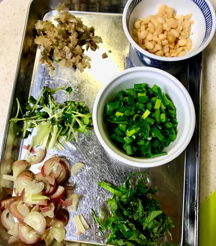 <p>2. 青葱は小口切り、茗荷は縦に半分に切り、小口切りに。大葉は千切りに、カイワレは1cm巾に切る。搾菜はみじん切りにしておく。</p>