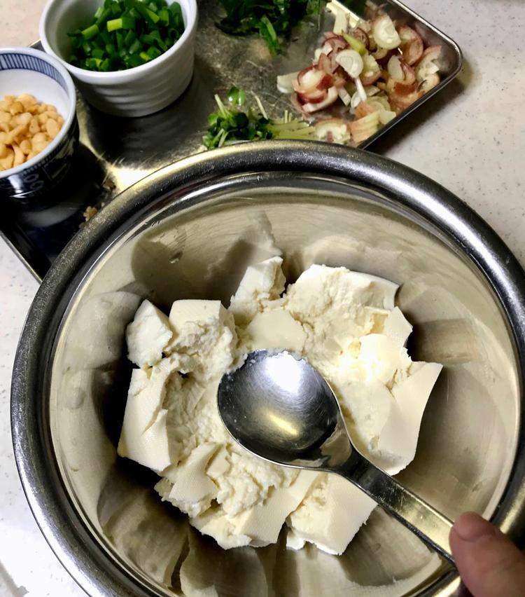 <p>3. ボールに水切りした豆腐を入れ、大きめのスプーンで軽く崩す。</p>
