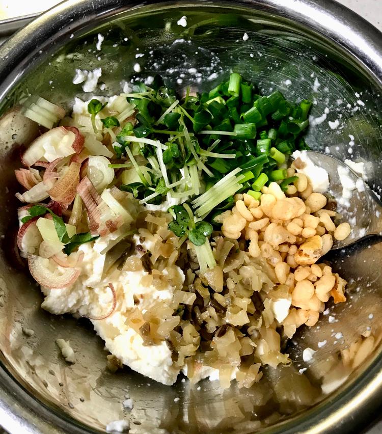 <p>4. 薬味を全て入れ、ごま油大さじ1、白だし大さじ1、薄口醤油小さじ1で味付けし、全体を混ぜ合わせたら完成。</p>