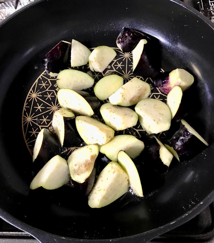 <p>6. 茄子をザルにあけ、水気を拭く。フライパンに油大さじ2をひき、茄子を弱火でじっくりと焼く。</p>