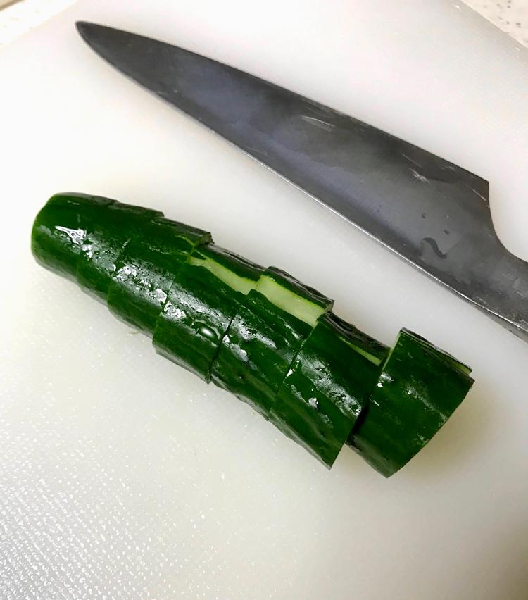 <p>3. 胡瓜は軽く全体を叩き、1.5cmの輪切りにする。</p>
