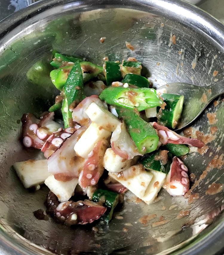 <p>9. たこ、野菜を入れ、全体をよく混ぜ合わせたら完成!</p>