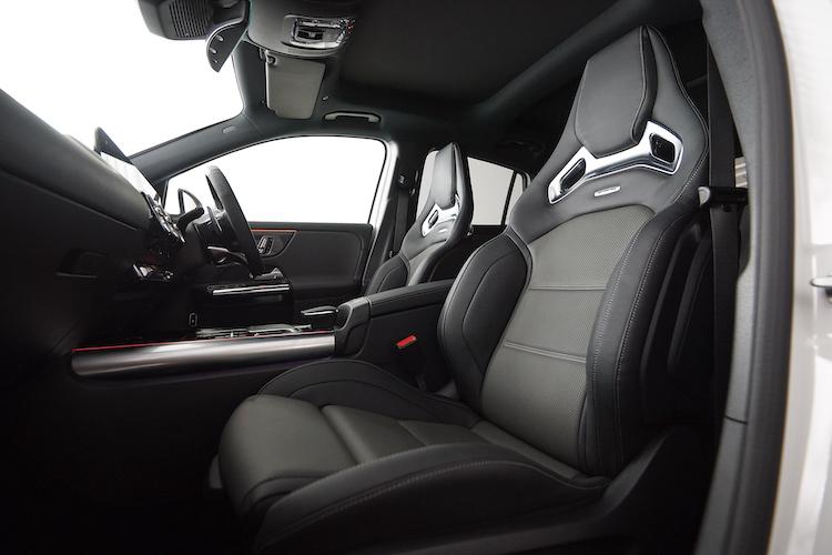 <p>前席はセミバケットタイプの標準シートに加え、オプションでAMGパフォーマンスシート(写真)を選択可能。</p>