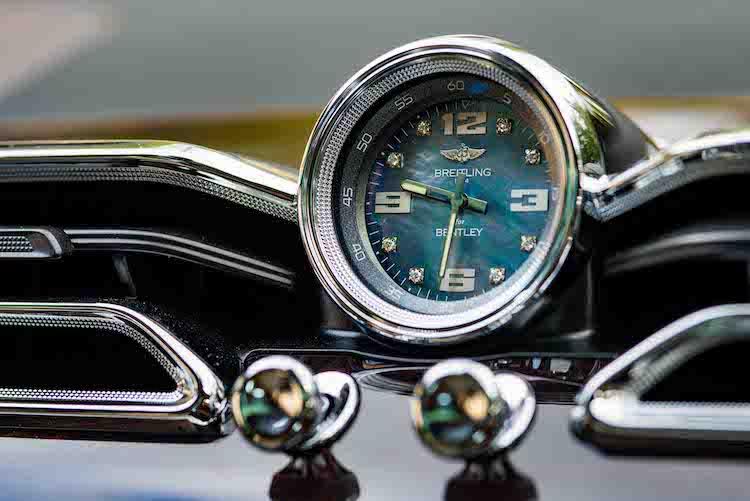 <p>センターフェイシア上部にはブライトリング社の時計が配されている。</p>