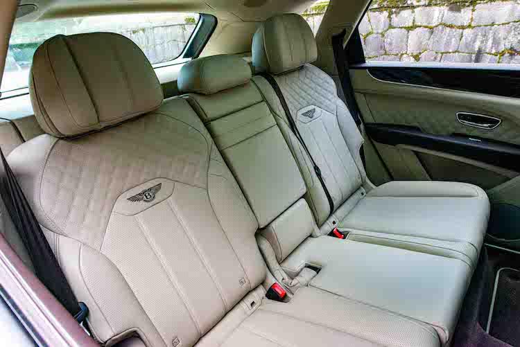 <p>シートも新設計とされた。後席は標準の3座(写真)に加え、左右独立式2座も用意。3列7人乗り仕様も選ぶことができる。</p>