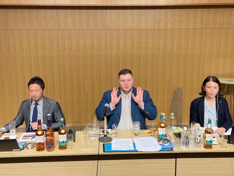ザ・グレンリベットについて解説するトモスさん(写真中央)。セミナーの司会進行はMEN'S EX編集長の平澤(写真右)、編集部員の田上(写真左)