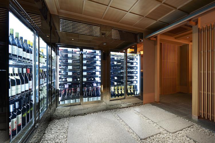レアな日本酒が並ぶセラー