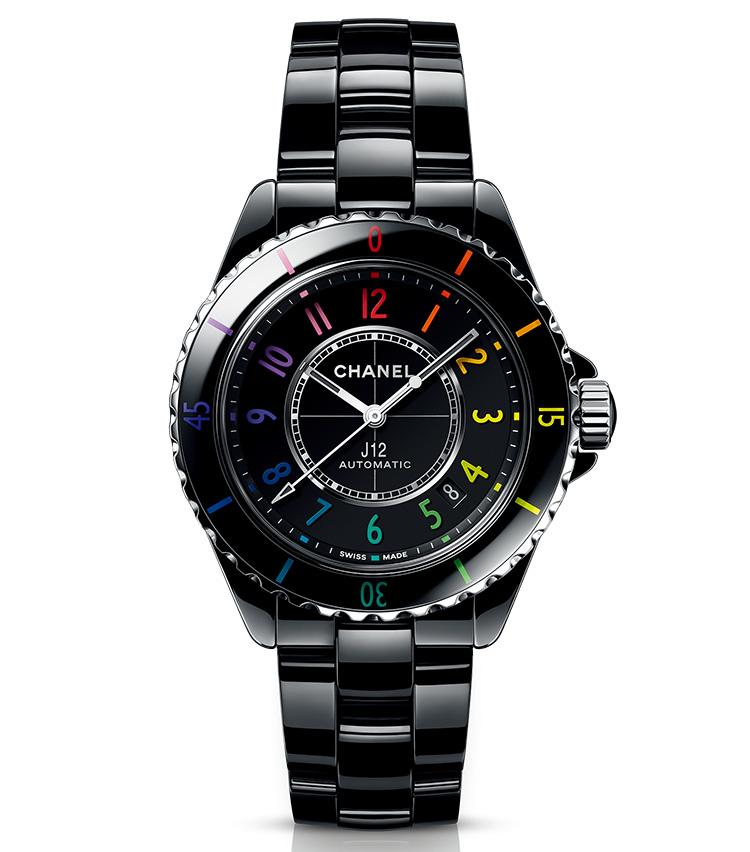 <p><b>CHANEL(シャネル)<br /> J12 エレクトロ<br /> <br /> ブラックを華やがせる12色のネオンカラー</b><br /> J12は耐傷性に優れたセラミックに加え、普遍的なデザインで長く使えるエシカルウォッチである。そのブラックモデルのインデックスが今年、12色のネオンカラーに塗り分けられた。鮮やかな各色はブラックに溶け込むように馴染み、悪目立ちしない。世界限定1255本。自動巻き。径38mm。高耐性セラミック+SSケース&ブレスレット。6月28日発売予定。92万4000円(シャネル カスタマーケア)</p>