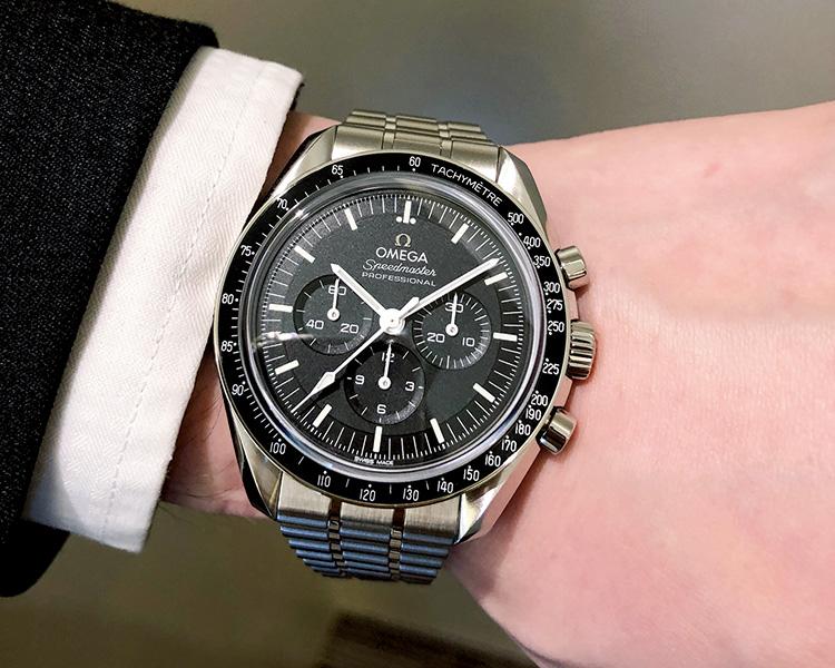 <p><b>イチオシその1:OMEGA(オメガ)<br /> スピードマスター ムーンウォッチ マスター クロノメーター</b><br /> 「人類初の月面着陸に同行した伝説の腕時計が生まれ変わりました。磁気に打ち勝つ新ムーブメント、細かなディティールの変更等、その全てに興味が尽きません。軽量化された新しいブレスレットは腕馴染みも抜群です」。</p>