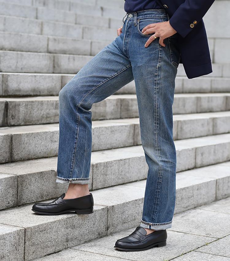 <p><strong>色落ちしたジーンズで程よい抜け感を</strong><br /> ジーンズはリーバイス501の66後期。程よく色落ちした軽快な色みとともに、ヴィンテージならではの抜け感がノンシャランな演出に一役買っている。ローファーはジェイエムウエストンの定番「180」。</p>