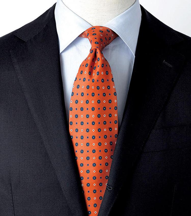 <p><b>[STYLE5]これからの季節に活躍する色合わせ</b><br /> 濃いネイビーと、深みのあるオレンジの組み合わせ。元気と活力に満ちたなかにも落ち着きのある装いといえます。秋本番が到来した時に、取り入れてほしいコーディネートですね。</p>
