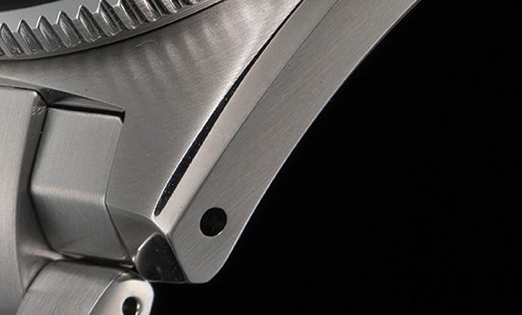 <p><b>小傷や擦り傷から守るセイコー独自の表面加工ダイヤシールド</b></p> <p>セイコーが独自に開発した表面加工技術「ダイヤシールド」。ケースやブレスレットの表面にこれを施すことで、長く使い続けても小傷や擦り傷がつきにくく、時計本来の美しい輝きやきれいな仕上げが保たれる。</p>