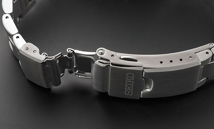 <p><b>ダブルロック付きワンプッシュダイバーエクステンダー</b></p> <p>ダイビングスーツ着用時などに、サイズの微調整が可能なダイバーエクステンダー機構のブレスレットを採用。またバックル部分はダブルロックタイプとなるため、使用中に脱落することがなく安心して着けられる。</p>