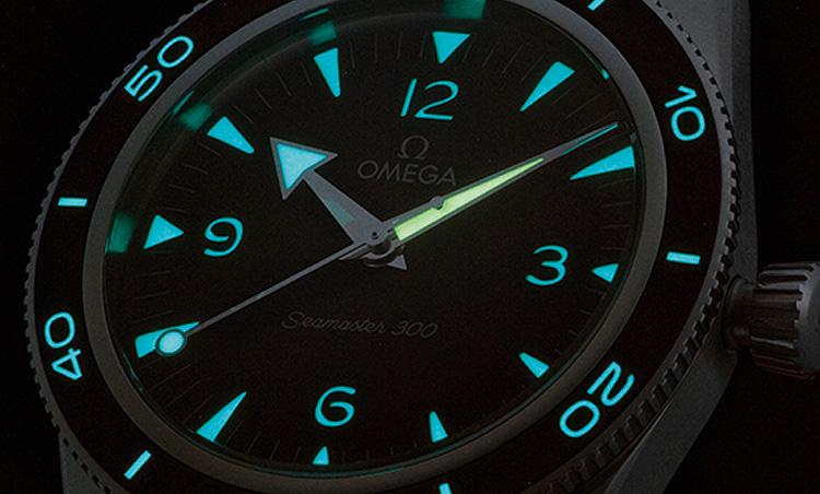 <p><b>文字盤とベゼルに施した2色のスーパールミノバ</b><br /> 文字盤のインデックス、針、ベゼルの表示にスーパールミノバを塗布。さらに、インデックスと時針&秒針はブルー、分針およびベゼルの12時位置はグリーンに塗り分けられ、暗闇でも瞬時に時間が読み取れる。</p>