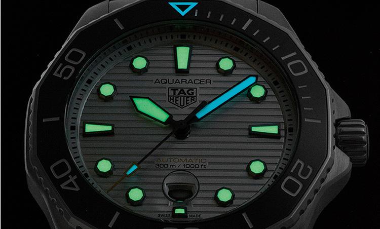 タグ・ホイヤー アクアレーサープロフェッショナル300 暗闇でも視認性が高い時分針で異なる色のスーパールミノバ