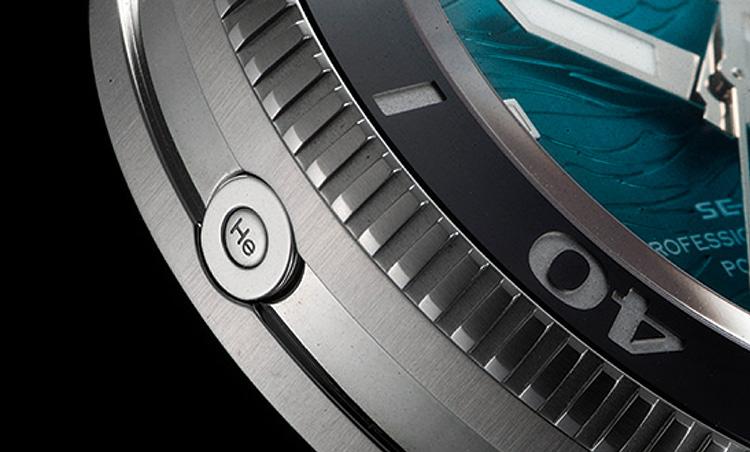 <p><b>10万円代前半の価格にしてエスケープバルブ採用</b></p> <p>ヘリウムガスのエスケープバルブをケースサイドの9時位置に装備。通常、10万円台のダイバーズでは採用されないこの特殊装備により、プロフェッショナルのための水深100m以上の飽和潜水にも対応する。</p>