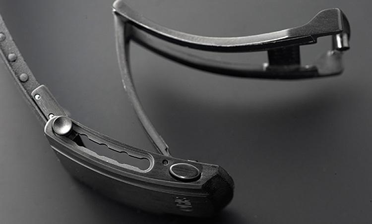 <p><b>ベルトは着用中の調節が可能で最厚のウェットスーツにも対応</b></p> <p>ラバーストラップにはチタン製のフォールディングクラスプが付属。オリスが独自で開発した新たな延長機能により、時計を着けたままサイズ調整ができ、もっとも厚手のウェットスーツの上からでも着用可能に。</p>