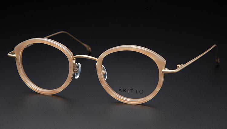 メンズも知っておきたい、女性の表情を引き立てるアキットのメガネ【本格眼鏡大全】