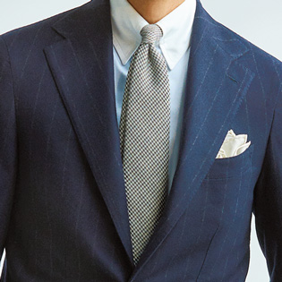 普段のスーツの装いをドレッシーにするクレリックシャツ【1分で出来る胸元お洒落】