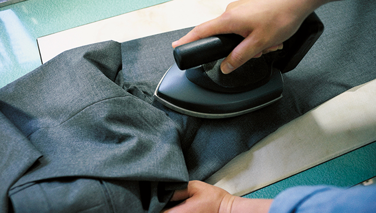 スラックスを自分でアイロンかけするコツは「クリース」にあり【家庭の衣学】