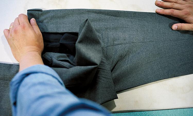 <p><strong>【STEP3】[3]をプレス</strong><br /> 裾を引っ張り【STEP1】でプレスした裾のクリースとベルトループかプリーツが一直線で繋がる位置にアイロンを当ててクリースを入れる。</p>