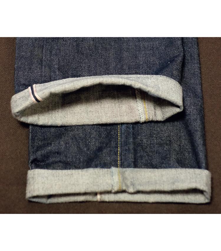 <p><strong>【STEP3】デニムの捻れ問題は?</strong><br /> 穿きこむと捻れが生じるデニム。スラックスなどならシームを中央にもってくるべきだが、デニムの場合は別。捻れたまま自然に畳むのがベターだ。</p>