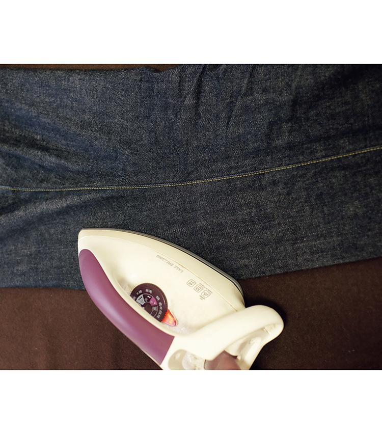 <p><strong>【STEP5】アイロンは、どこまで?</strong><br /> しっかりと温めたアイロンは、膝下くらいまででOK! より上の方向までプレスすればその分カッチリした印象になるので好みによって調整をすべし。</p>