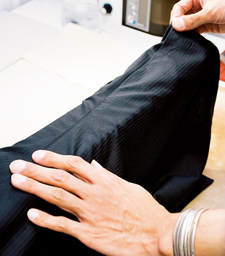 <p><strong>【STEP1】脇の縫い目をアイロン台に</strong><br /> アイロンがけをスムーズに運ぶため、身頃のサイドの縫い目をアイロン台の縁に合わせる。</p>