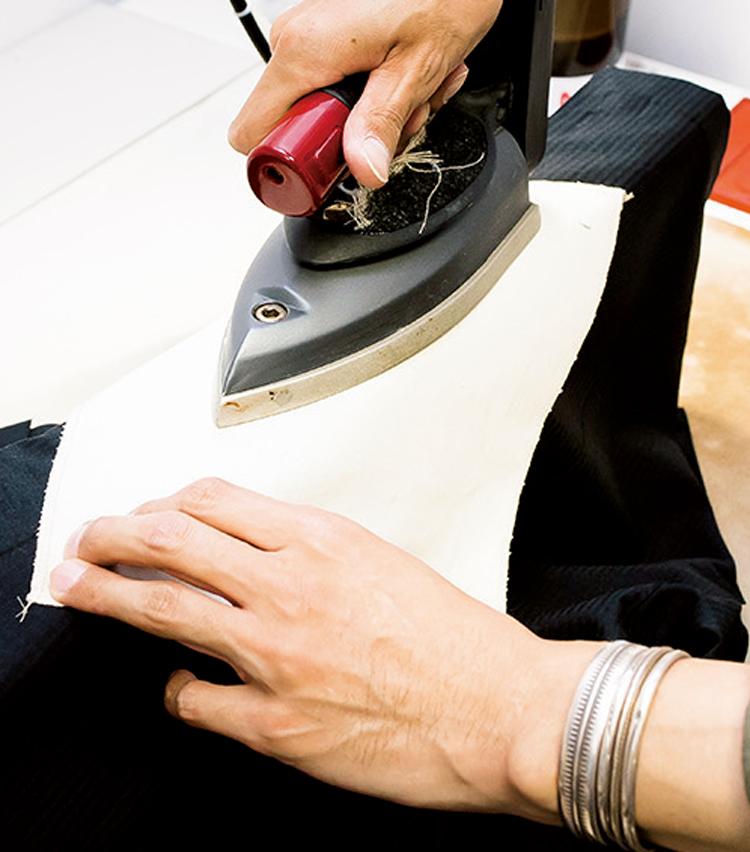 <p><strong>【STEP2】縫い目に沿ってアイロンを</strong><br /> 縫い目部分に当て布を置き、縫い目のラインに沿ってゆっくりとアイロンをかけていく。</p>